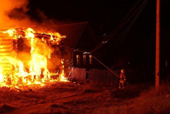 Трое человек погибли при пожаре в Петровском районе