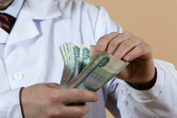 В Минздраве сообщили среднюю зарплату врачей с высшим образованием