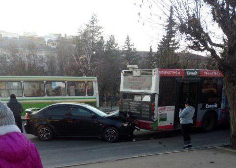 В Тамбове на остановке «Первомайская площадь» иномарка врезалась в автобус