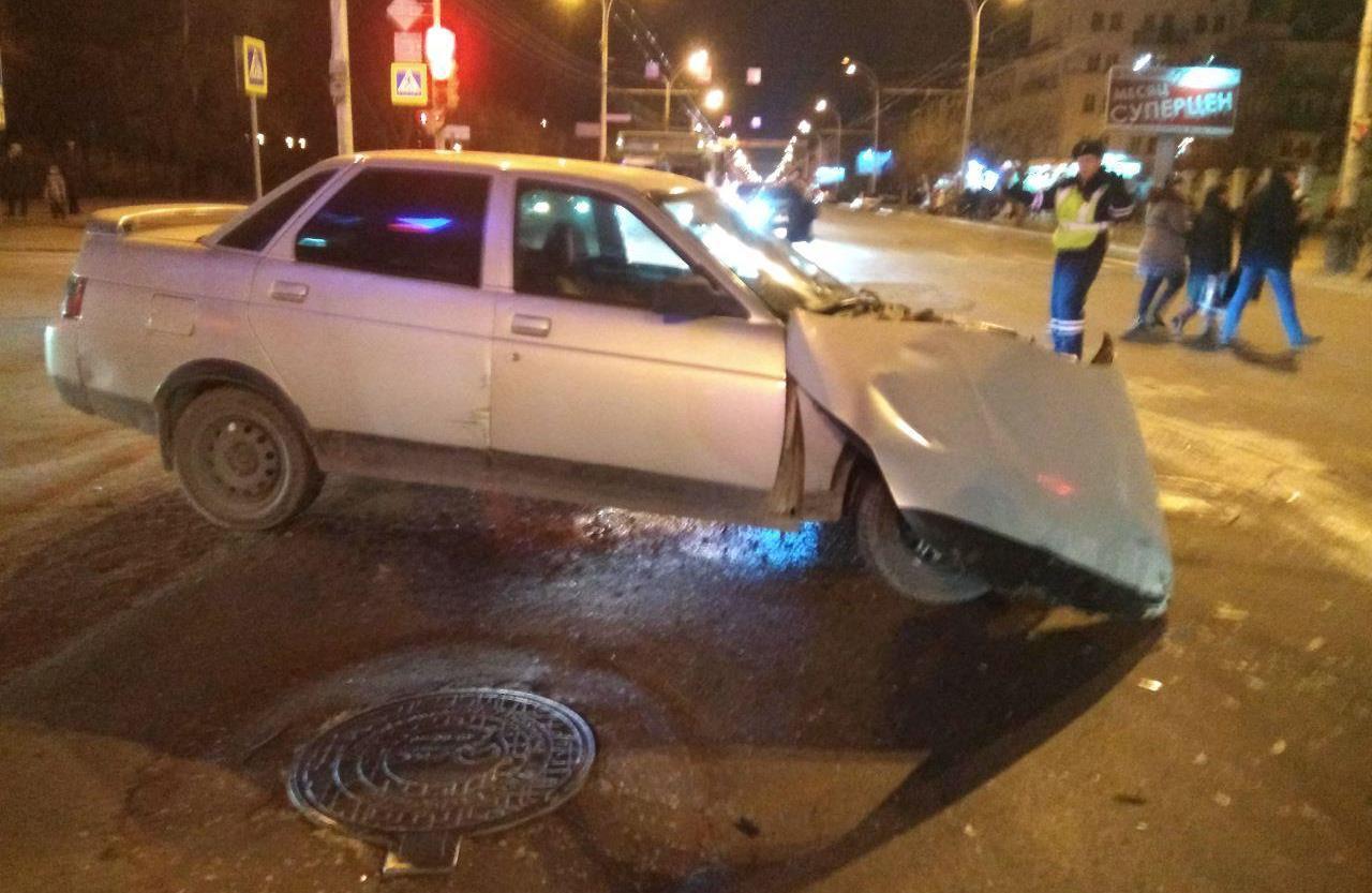 """В Тамбове при столкновении трёх машин у Первомайской площади одна врезалась в пешеходов и здание """"Ростелекома"""": погибла женщина"""