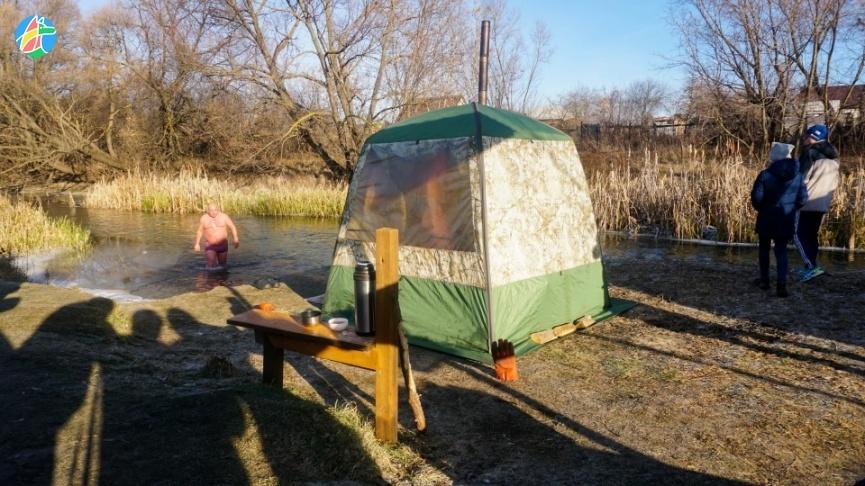 В Тамбовской области жители отмечали Всемирный день моржа купаниями в ледяной воде: фото