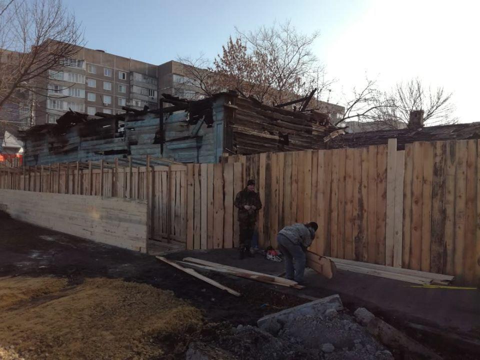 Вокруг сгоревшего памятника истории и культуры в центре Тамбова устанавливают защитные ограждения