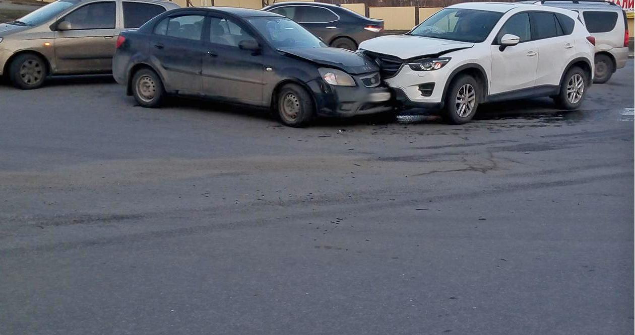 На улице Степана Разина дорогу не поделили две иномарки: есть пострадавший