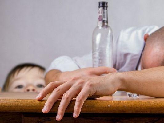 Родители отдали четверых детей в соцучреждение, чтобы продолжить пить