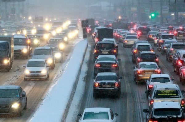 """В Госдуме предложили наказывать водителей за злоупотребление """"аварийкой"""""""