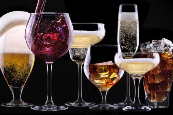 Врач рассказал о правилах употребления алкоголя в новогоднюю ночь