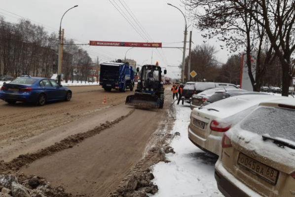 Дорожные службы Тамбова за сутки вывезли более тысячи кубометров снега