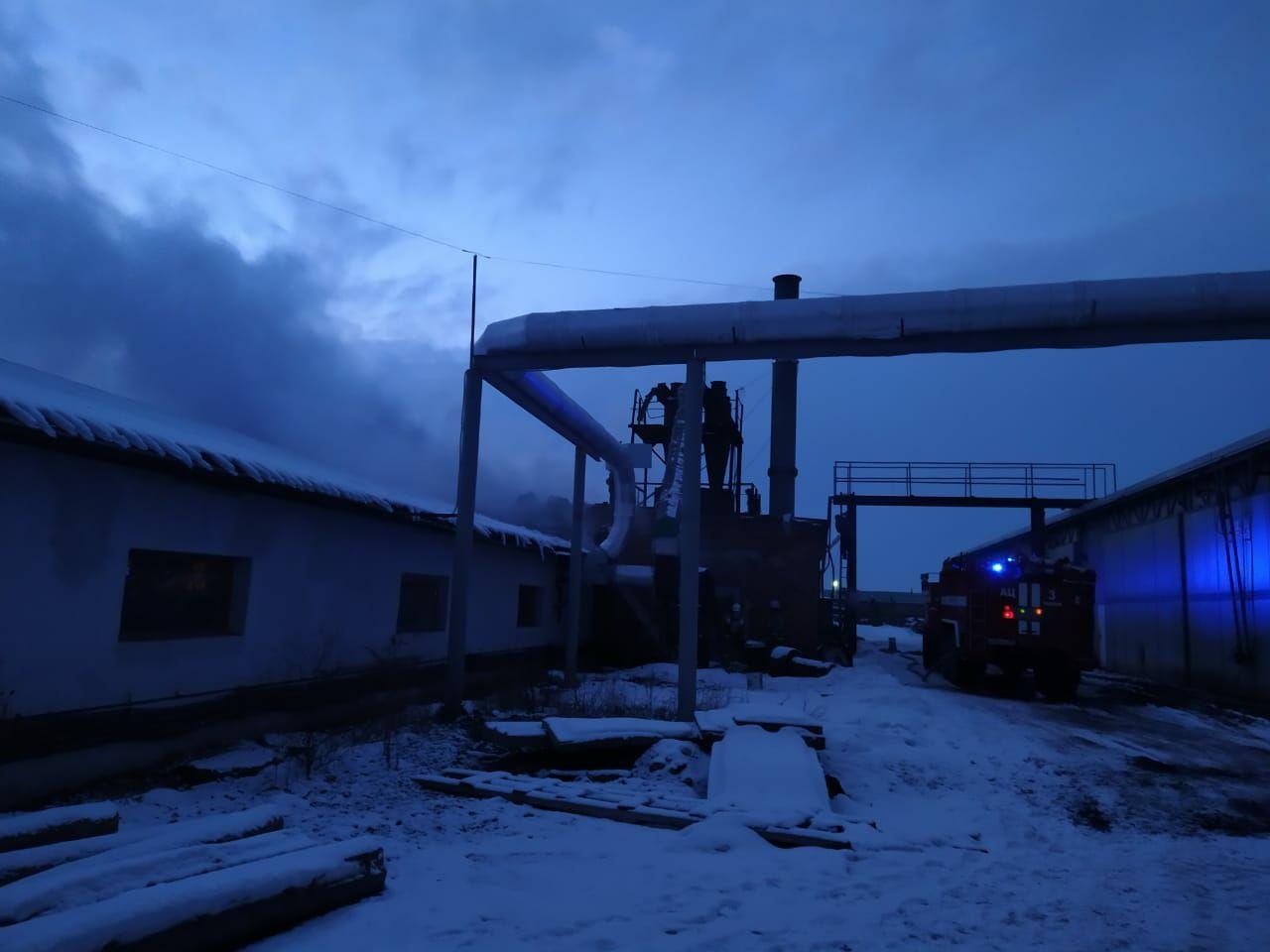 На улице Бастионной горит склад с пиломатериалами
