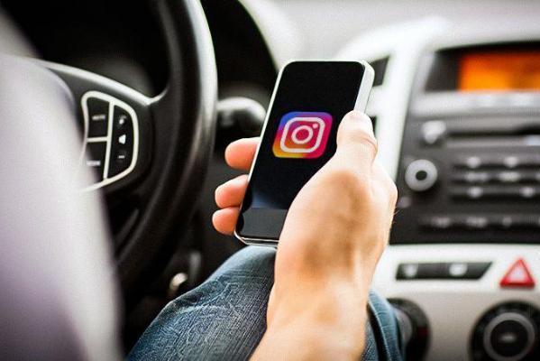 В Госдуме предлагают штрафовать водителей за прямые эфиры в Instagram за рулём