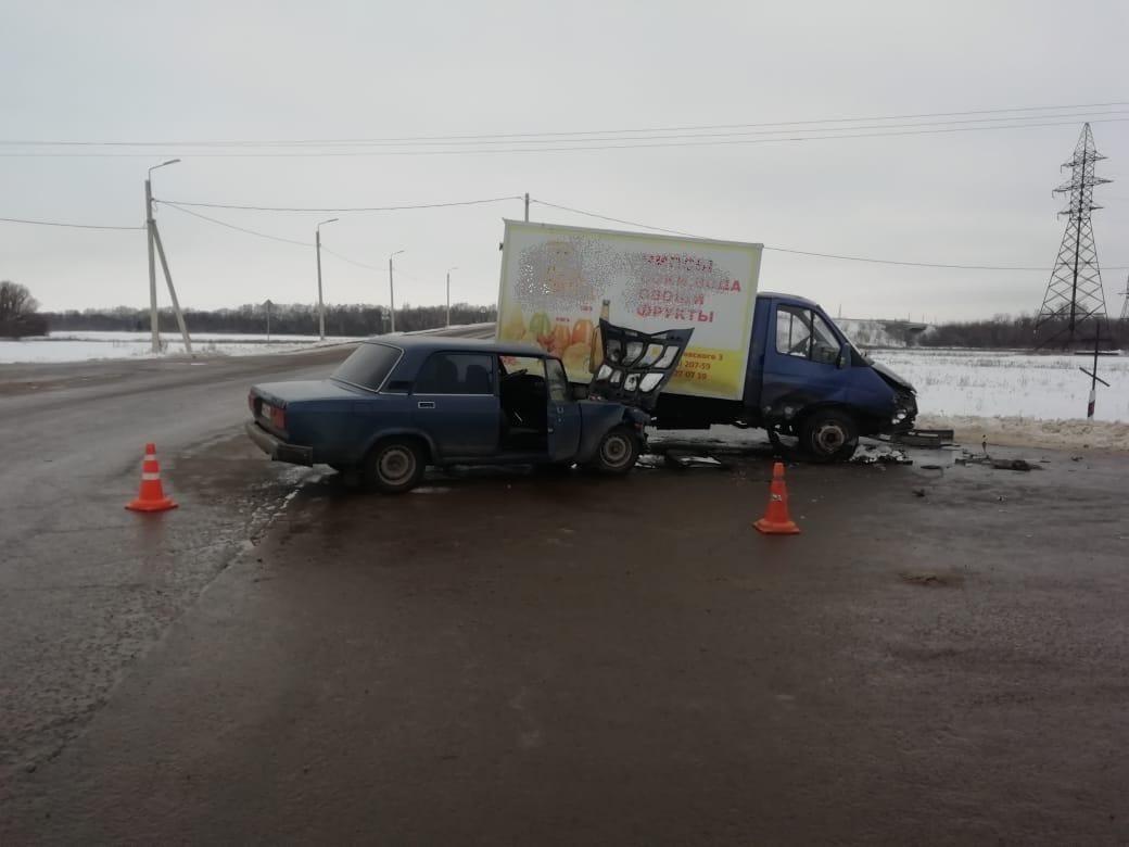 """В Петровском районе столкнулись """"ГАЗель"""" и """"семёрка"""": есть пострадавшие"""