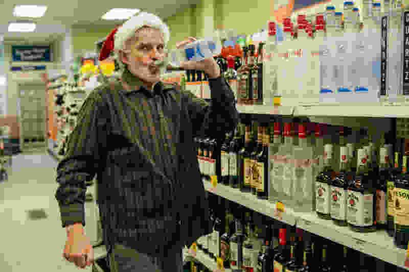 В центре Тамбова из супермаркета «Бегемот» мужчина вынес несколько бутылок дорогого коньяка и сразу всё выпил