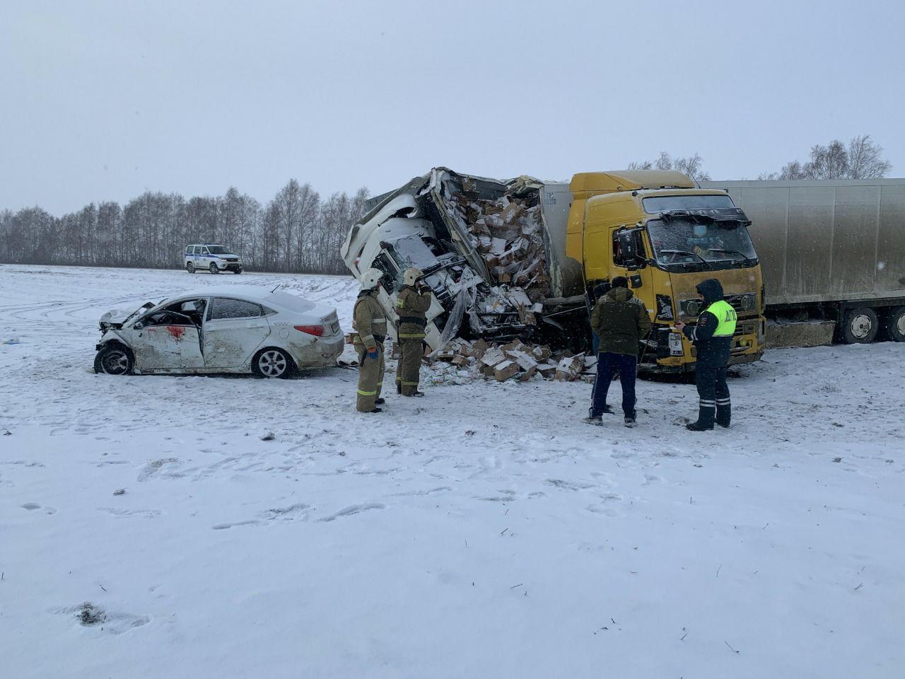 Две фуры и легковушка столкнулись в Тамбовской области: есть погибший