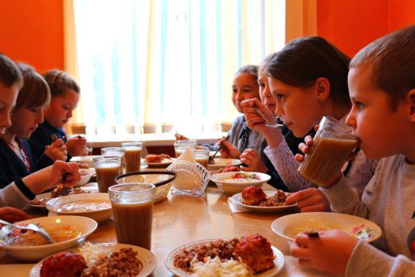 Региональные власти обещают накормить более 40 тысяч младших школьников уже в этом году