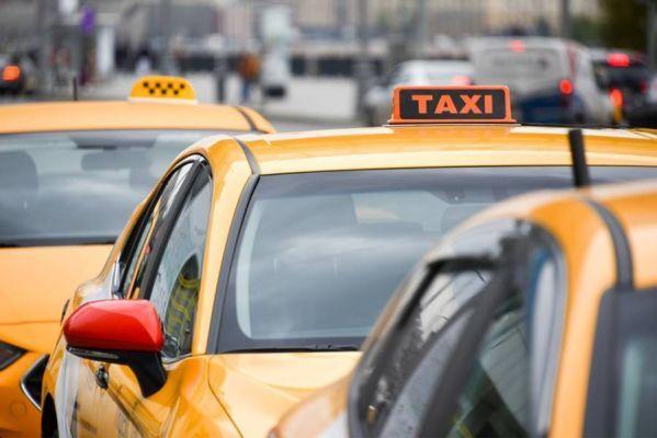 Стал известен средний заработок таксистов