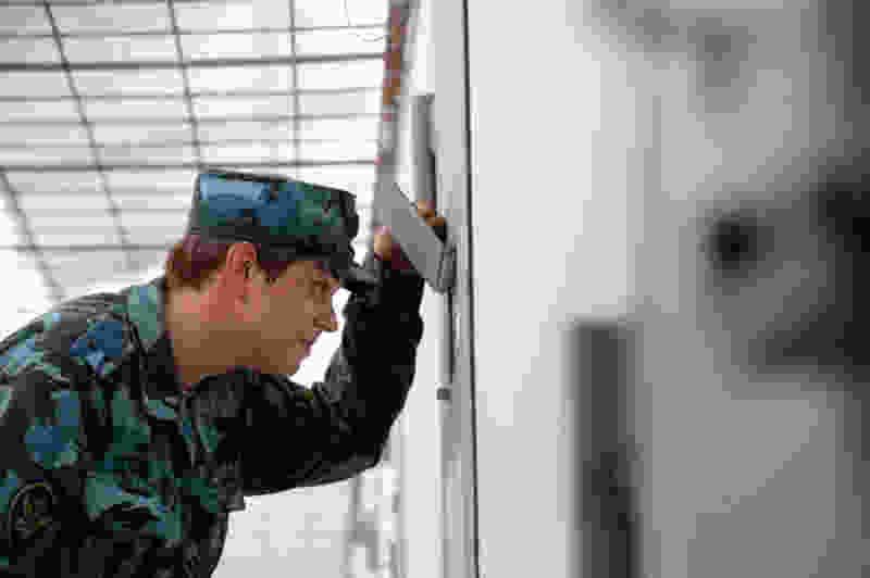 В Тамбовской области сотрудник исправительной колонии пытался пронести наркотики для заключенного