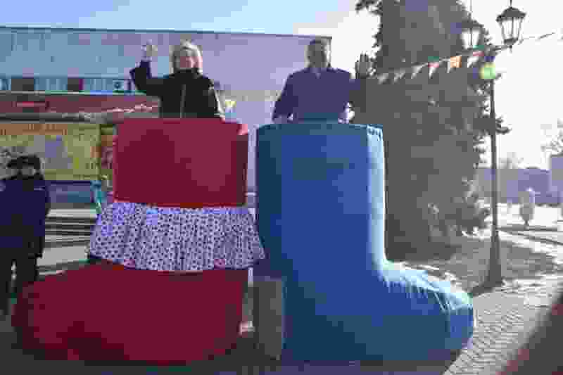 На проводы зимы жители посёлка в Тамбовской области смастерили двухметровые валенки