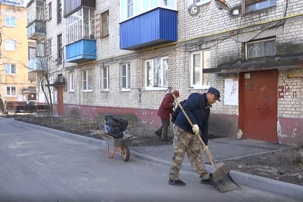Ответственные за уборку дворовых территорий службы трудятся даже в условиях карантина