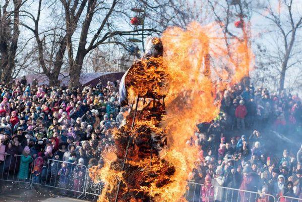 Сотни тамбовчан собрались на сожжении Масленицы в парке культуры