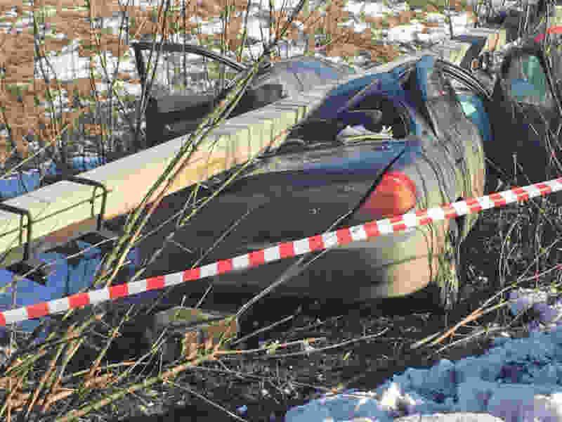 В Тамбовской области иномарка сбила столб, который упал и раздавил её: водитель погиб