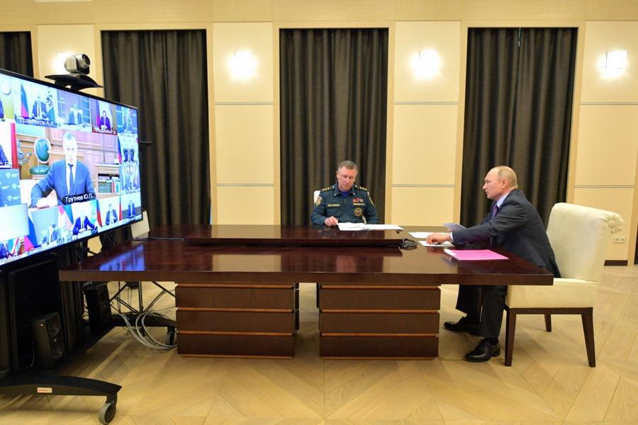 """Владимир Путин предложил главам регионов самим ездить """"по колдобинам"""""""