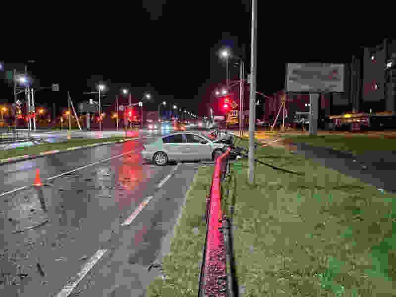 На севере Тамбова мужчина на Volkswagen врезался в кроссовер и снёс дорожное ограждение