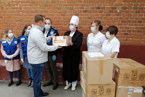 ВТамбове волонтеры передали медикам средства индивидуальной защиты врамках акции «Мывместе»