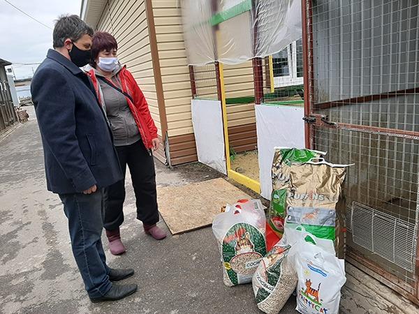 Волонтёры привезли корм в приют для животных