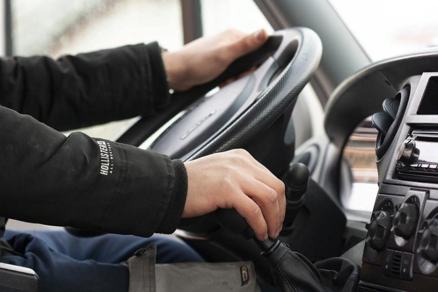 Глава сельсовета фиктивно устроила на работу личным водителем своего сына-студента