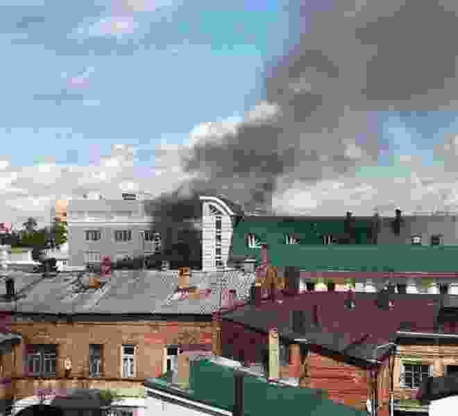 Центральный рынок Тамбова весь заволокло дымом из-за пожара в центре города