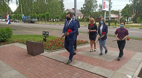 В День памяти и скорби председатель Думы Виктор Путинцев возложил красные гвоздики к мемориальному триптиху