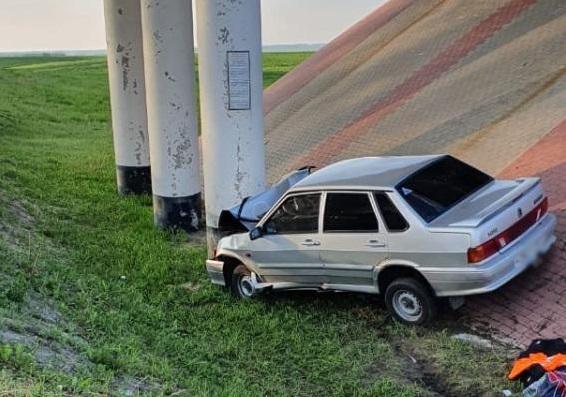 В Тамбовской области «Лада» улетела в кювет и врезалась в опору моста