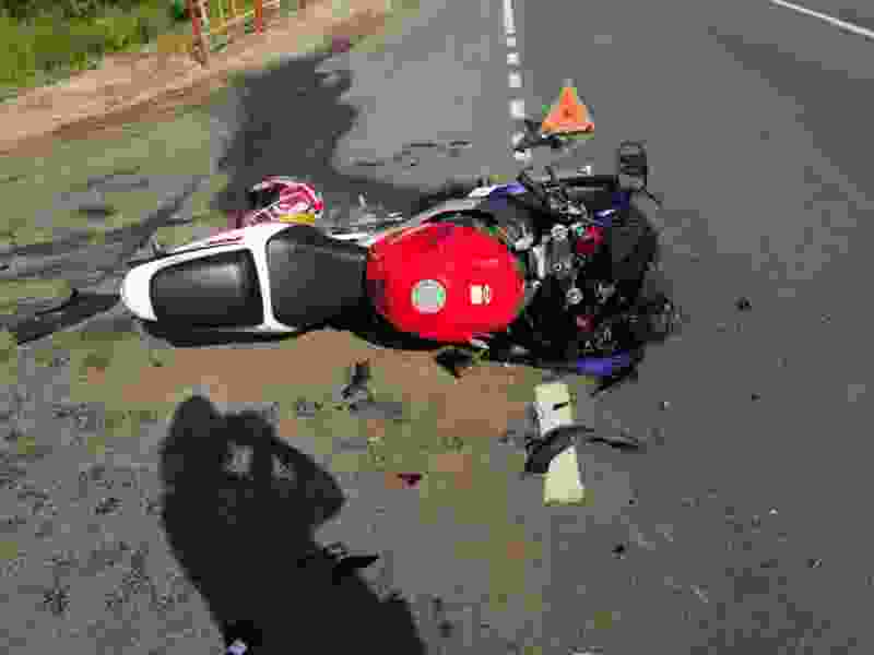 В Тамбовской области мужчина на мотоцикле без прав пытался полихачить на дороге и столкнулся с «Приорой»