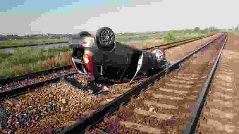 В Тамбовской области пьяный водитель опрокинул легковушку на железную дорогу: есть пострадавшие