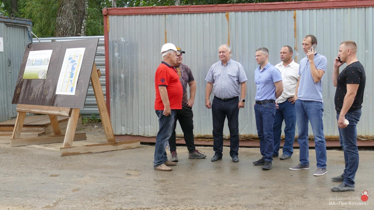 Глава Котовска Алексей Плахотников провел совещание с подрядчиками на стройплощадке экотехношколы