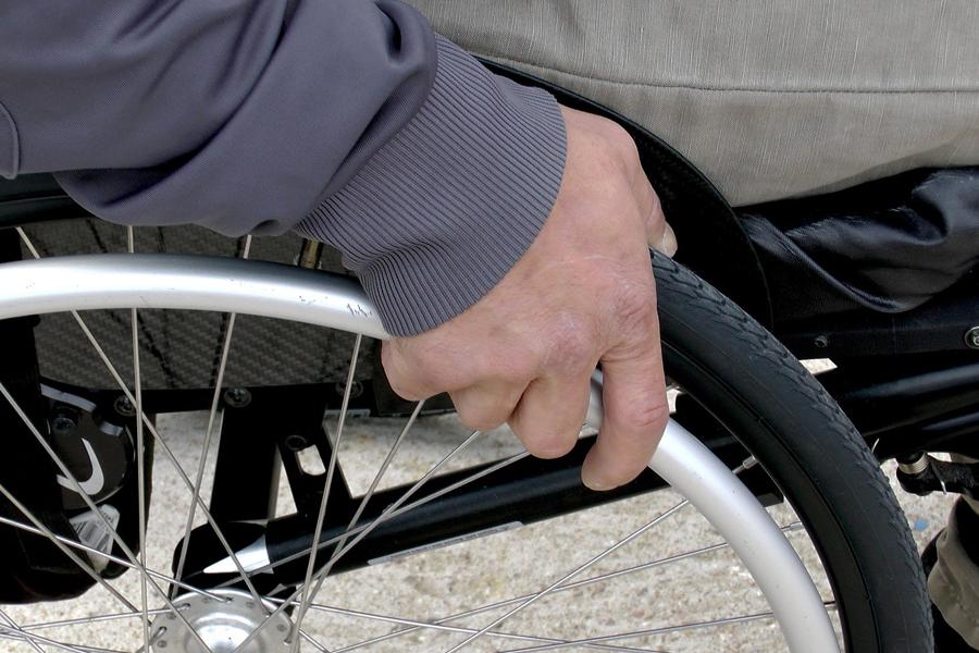 Инвалидов освободили от написания заявлений для ежемесячных выплат