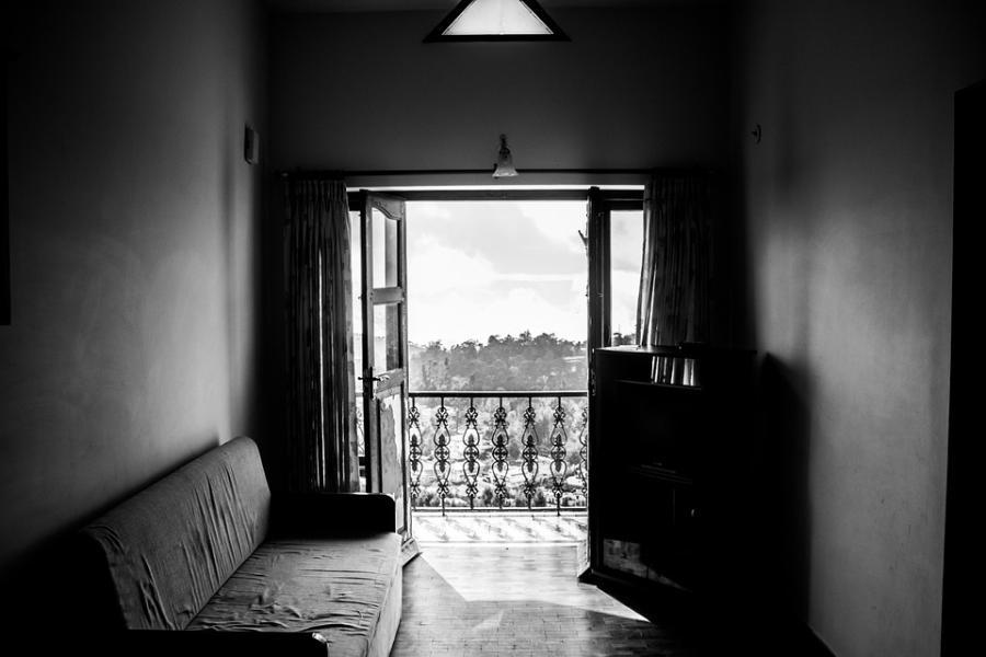 В Тамбове из окна многоэтажки выпал 90-летний пенсионер