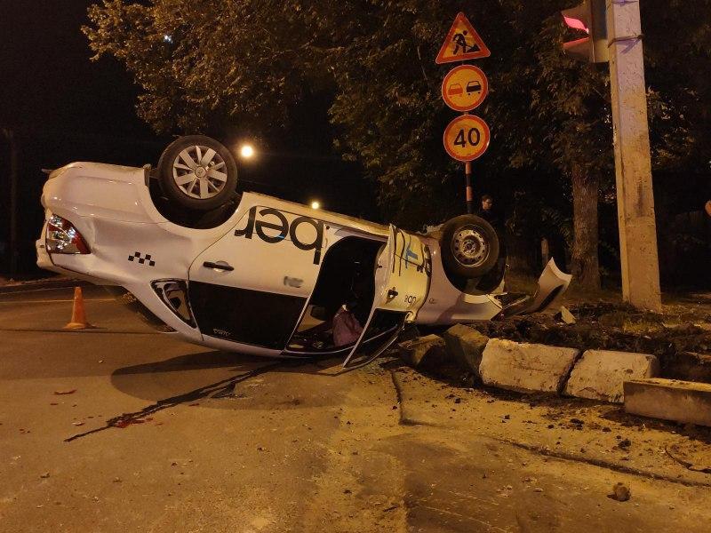 В Тамбове перевернулось такси Uber с двумя пассажирами