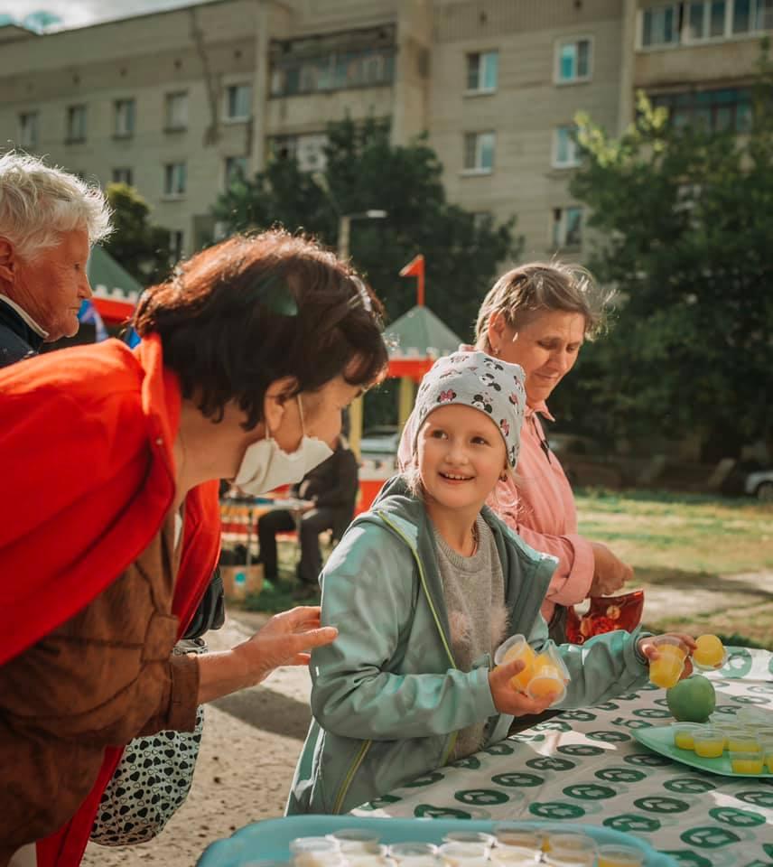Как тамбовчане во дворах коллективно угощаются мёдом и яблоками в честь празднования Спасов: фото