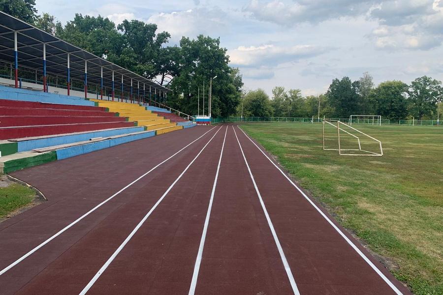 На стадионе в рабочем поселке Знаменка реконструировали беговые дорожки