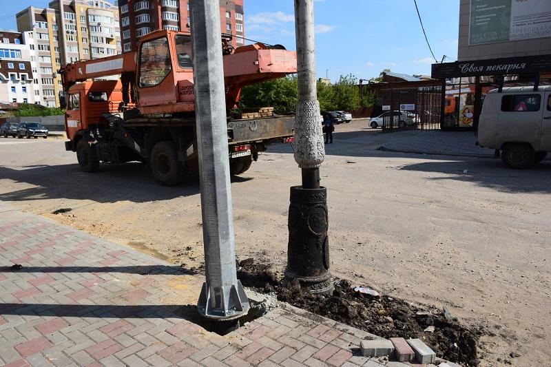 На улице Державинской начали устанавливать новые опоры освещения