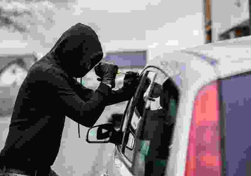 Тамбовчанин обворовал автомобиль, но оставил в нём свой телефон