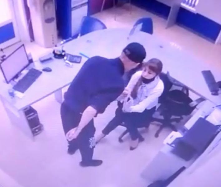 Тамбовчанин, угрожая ножом сотрудницам, ограбил два микрозайма у Центрального рынка