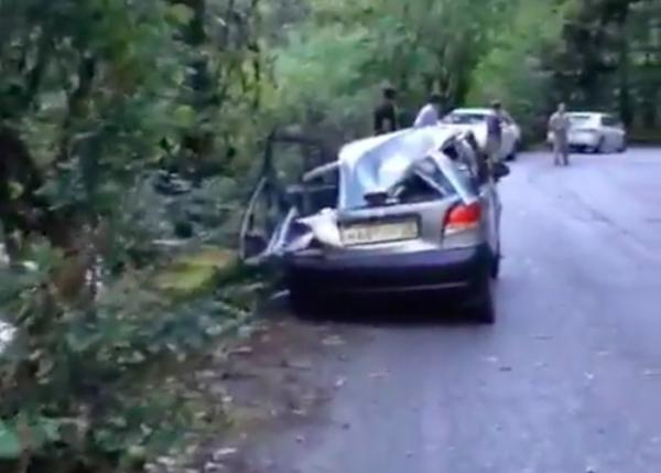 В Абхазии камень с горы раздавил автомобиль с тамбовскими номерами