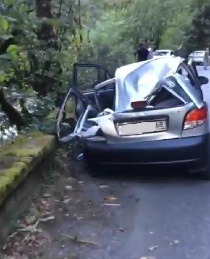 В Абхазии упавший с горы камень примял автомобиль с тамбовскими номерами
