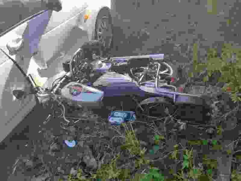 В Тамбове мужчина на мопеде въехал в припаркованную машину: есть пострадавшие