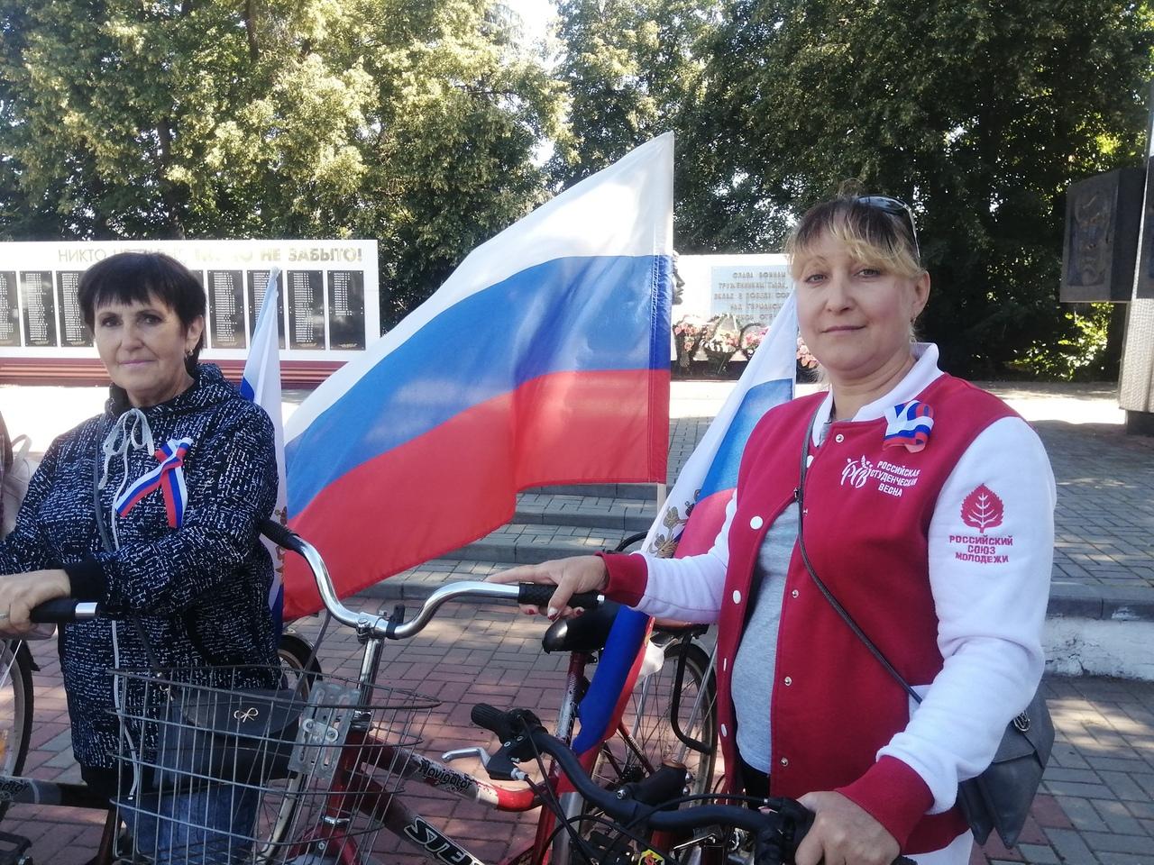 В Тамбовской области отпраздновали День флага РФ с песнями, плясками и рисунками на асфальте: фото
