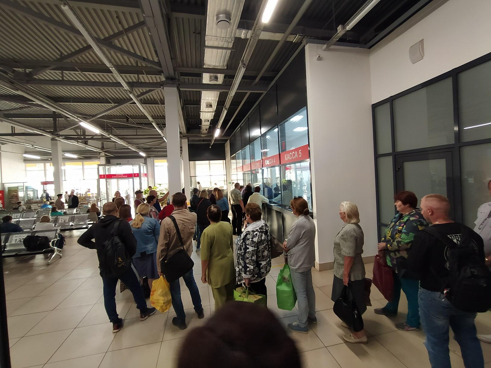 """На автовокзале """"Северный"""" в Тамбове из-за длинной очереди люди не попали на автобус"""
