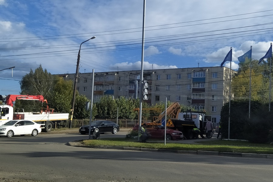 На пересечении улиц Кавалерийская и Фабричная устанавливают светофор
