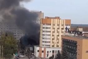 Рядом с многоэтажкой на улице Советской в Тамбове горит мусор: окрестности заволокло чёрным дымом