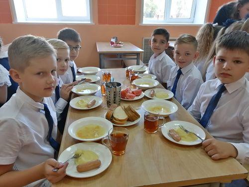 С 1 сентября учащиеся начальной школы стали получать бесплатное горячее питание